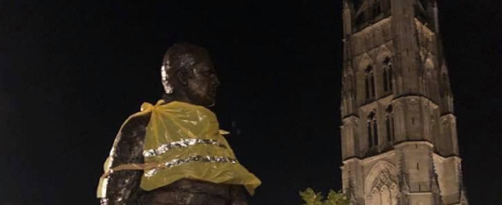 Insolite : à Pey Berland, la statue de Chaban a enfilé son gilet jaune